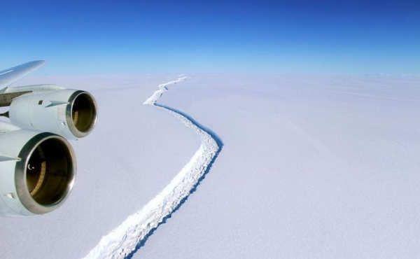 El bloque se ha separado de la barrera de hielo Larsen, situada en la Antártida.La NASA confirma el desprendimiento de uno de los icebergs más grandes de la historia.El iceberg Larsen C, uno de los bloques de hielo más grandes de la historia, se ha desprendido en la Antártida. La separación ha ocurrido en algún momento entre el lunes 10 y el miércoles 12 de julio, según ha podido confirmar...