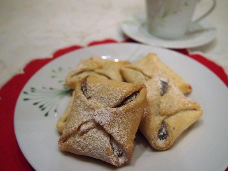 Suroviny 2 piškótové pláty 2 x 5 vajec 2 x 80 g práškového cukru 2 x 130 g hrubej múky alebo polohrubej linecká nebo ríbezlová marmeláda-džem sirup: 1/2 l punčového vývaru http://vitana.cz/produkty/koreni/pyramidky/punc alebo prevarenej vody so 100 g cukru krupica + rum, farbivo, prípadne punčovú arómu poleva: citrónová šťava + cukor práškový podľa hustoty polevy + lyžička marmelády pre farbu