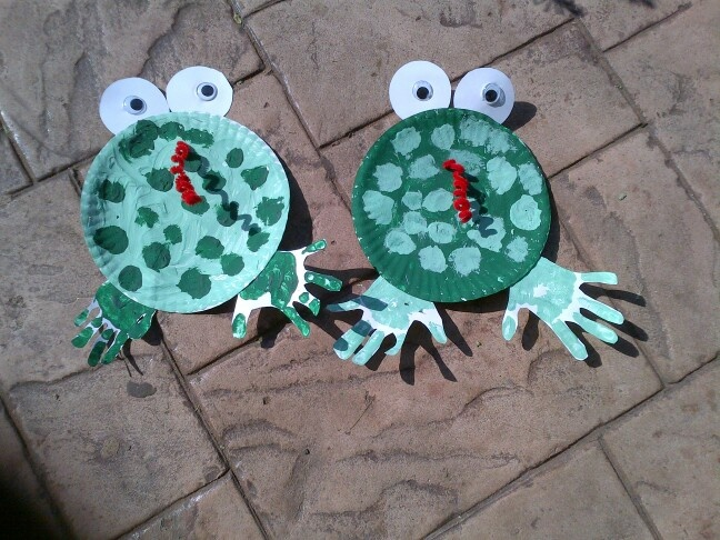 Paper plate, paint, paper, pipe cleaner, google eyes.