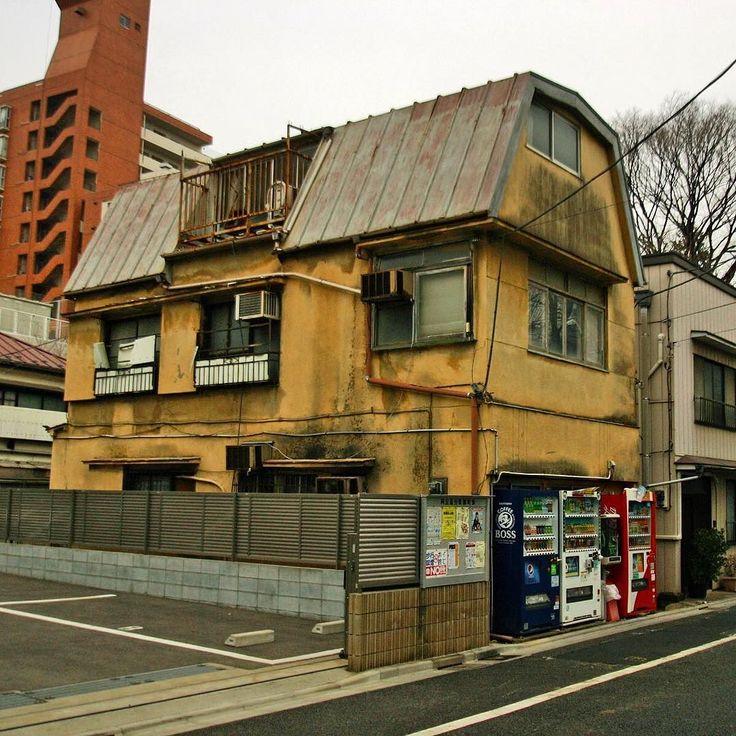 おぉ健在でした東大農学部前の昭和な建物  #昭和#ギャンブレル屋根 (by yoiyoi6no1)