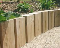 Poteaux bois coupés courts pour créer une bordure