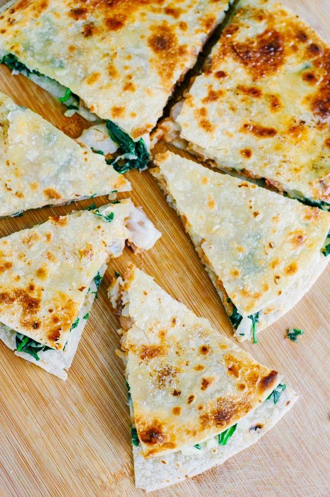 Diese sind soooooo einfach und gut!  Gesundes, echtes Essen, vegetarische Quesadillas, die mit Spinat verpackt sind.  Solch eine einfache Mahlzeit zum Abendessen auf dem Tisch zu bekommen SCHNELL!