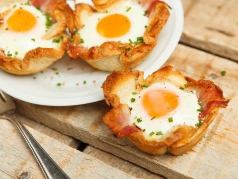 Eine tolle Idee für den Osterbrunch: Eier und Bacon im Toastbrotmantel gebacken. Entdeckt das einfache Rezept!