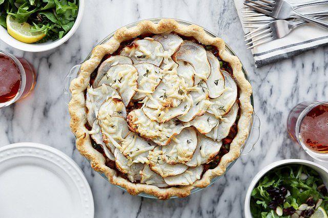 Попробуйте приготовить этот пирог – да, это не самый простой и быстрый рецепт, но хорошая еда требует времени. Кто знает, может быть сочный, душистый и сытный Shepherd's pie станет и вашим коронным блюдом? Пастуший пирог – это такая же незыблемая институция в англосаксонской кулинариикак пельмени в русской. Это традиционное блюдо делается в разных вариациях и...