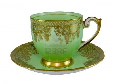 antieke-kop-en-schotel-met-goud-druif-wijnstokken-ontwerp-op-appel-groene-glazuur