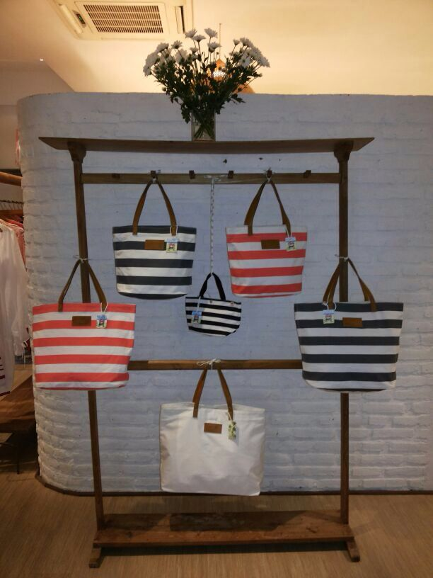 Tote bags by the des