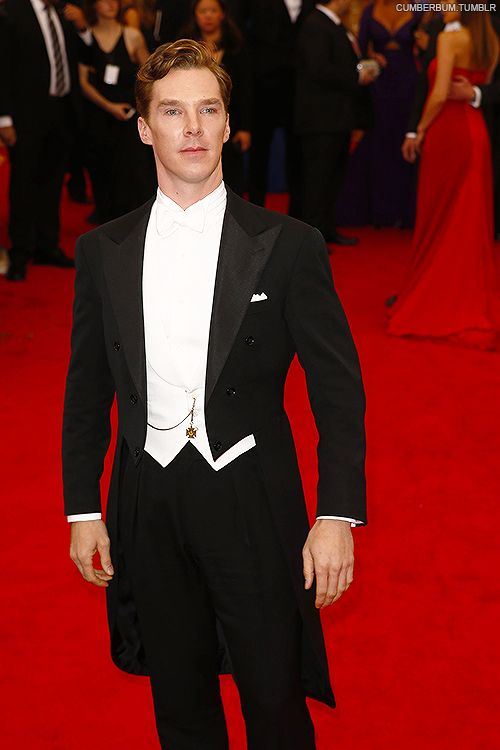 Seriously, look how regal that man can make himself look. It's just too amazing. Add to that, the fact that he can make a suit with the dress tails look good. Just ugh. I died.