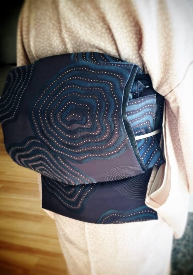 非常に評価の高い、緞子で織った『百楽』帯。 『神坂雪佳の世界』の優しい感覚の小紋と合わせておられます。帯着物ともに上手く引き立っている合わせ方と思います。