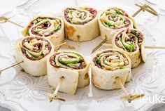 Deze rolletjes van carpaccio zijn heerlijk om te eten als gezellig borrelhapje. Het zijn rolletjes van tortilla's die gevuld zijn met carpaccio, Parmezaanse kaas, groene pesto en pijnboompitjes. Ze zijn heel simpel om te maken en ideaal is dat je deze hapjes prima een dag van tevoren kunt bereiden. Dat is misschien nog wel het lekkerst ook! Aan de slag dus! Bereidingstijd: 20 min, Wachttijd: 1 uur