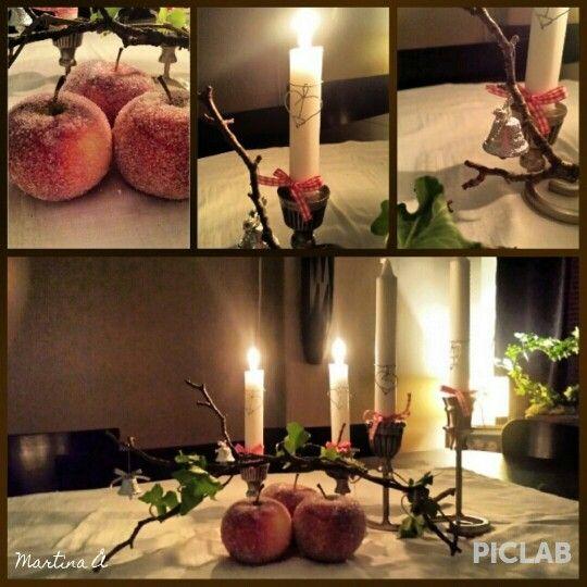 Julig bordsdekoration Martina-style! Sockrade äpplen, en knotig gren med några silvriga klockor i, lite murgröna och en adventsljusstake från Indiska. Adventssiffror av ståltråd.