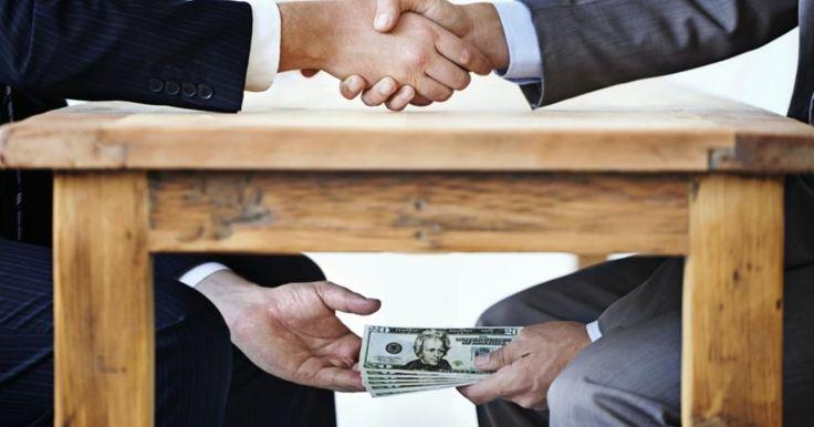 La corrupción también es perjudicial para el ambiente de negocios y su competitividad, pues añade costos de apertura y de operaciones para las empresas, genera incertidumbre en cuanto a sus propiedades, pone en desventaja a los empresarios más pequeños y genera problemas para la sociedad derivados de la obtención de beneficios privados que priman sobre los daños colaterales que puede tener la actividad empresarial.