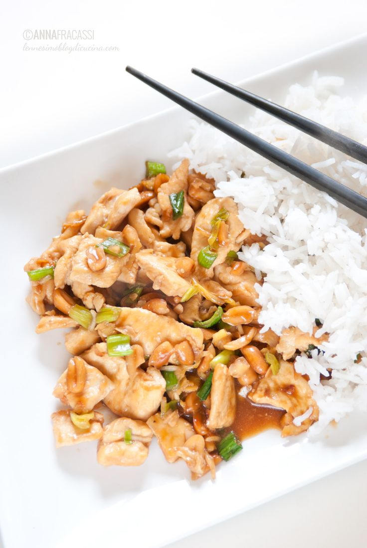 Il pollo Kung Pao è una ricetta cinese, un secondo di carne in salsa piccante con arachidi e cipollotto, in genere accompagnato da riso bollito.