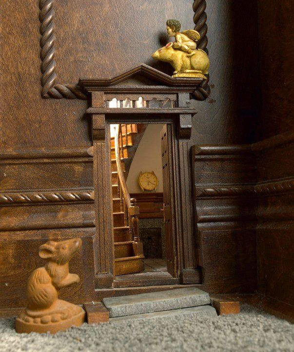 Beautiful detail inside the door. Maybe it could be achieved with a mirror as well if there is no space for a diorama inside...?