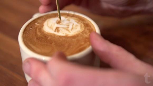 Han gör små bilder och porträtt i kaffeskummet innan servering http://blish.se/dee6ed6406 #kaffe #kaffeporträtt #porträtt #kaffekonst #hantverk #dryck