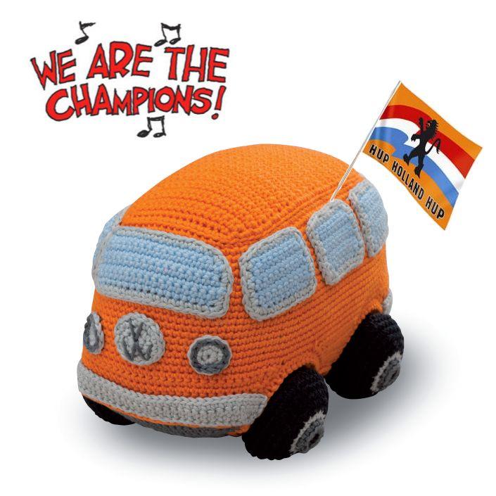 Helemaal in de ban van Oranje? Leuk Volkswagenbusje om zelf te haken! Het patroon komt uit het boek Autootjes haken van Christel Krukkert (uitgeverij Forte).