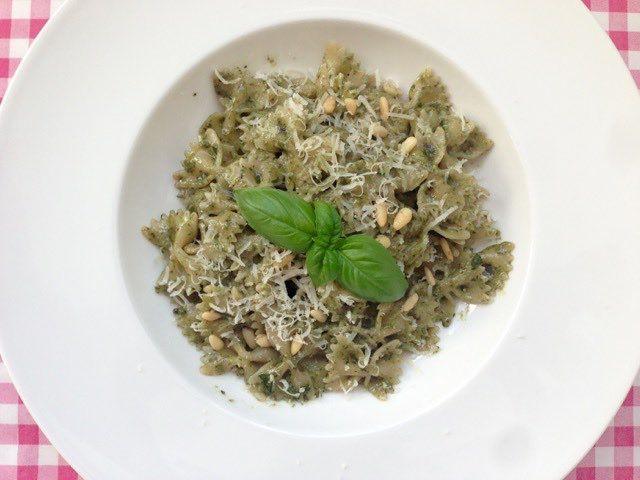 Farfalle met rode basilicum pesto - pasta recept — Alles Over Italiaans Eten