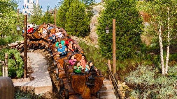 Montanha-russa dos Sete Anões é o brinquedo certo para toda a família (Foto: Divulgação / Disney)