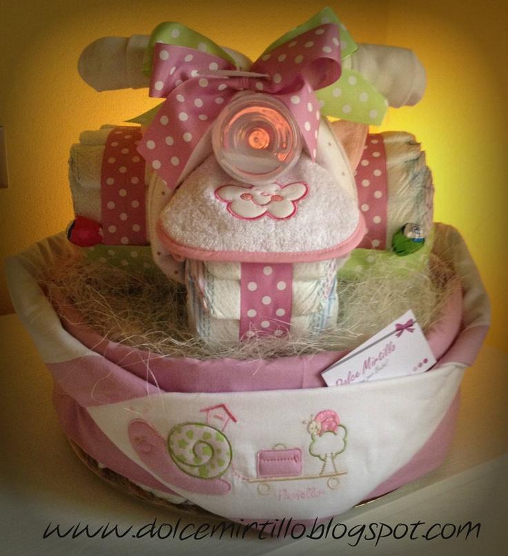 Diaper cake + Diaper Trycicle!!   torta con triciclo di pannolini