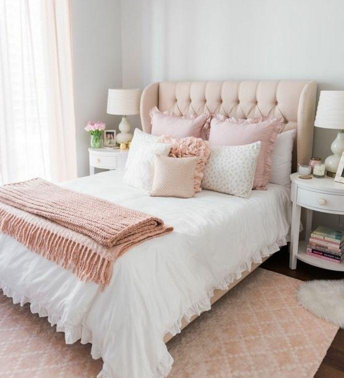 peinture-chambre-adulte-tete-de-lit-capitonnée-couverture-de-lit-et-coussins-et-roses-quartz-couleur-peinture-grise-et-rideaux-rose