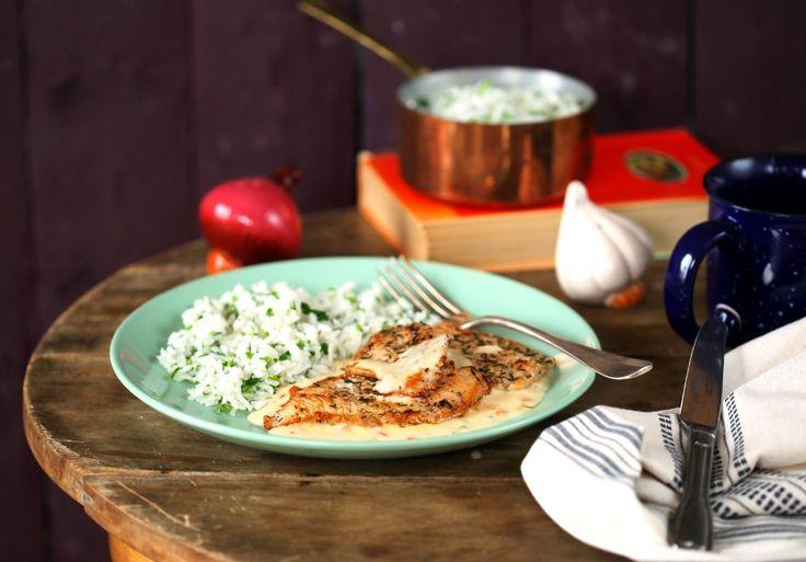 A sajtszószos pulykamell jellegzetességei közé tartozik, hogy borzasztóan egyszerű elkészíteni és nagyon finom. Igazi jó kis vacsora, amit egy fárasztó munkanap után lazán összedobtok fél kézzel, úgy, hogy közben fél szemmel már a kedvenc sorozatotokat nézitek.