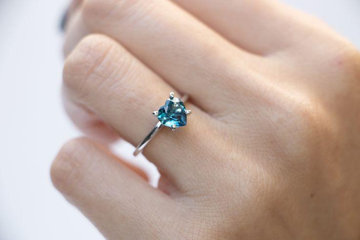Esse anel foi um caso de amor certeiro! Recebemos uma encomenda de um noivo que sabia exatamente o que queria: um anel com coração azul em ouro branco. Depois de escolher a pedra e definir as proporções, o anel ficou pronto e ficou lindo! A noiva nos contou que estava muito feliz com o resultado final e que nao tinha como ser mais a cara dela! #joiascontamhistórias #joiasliê