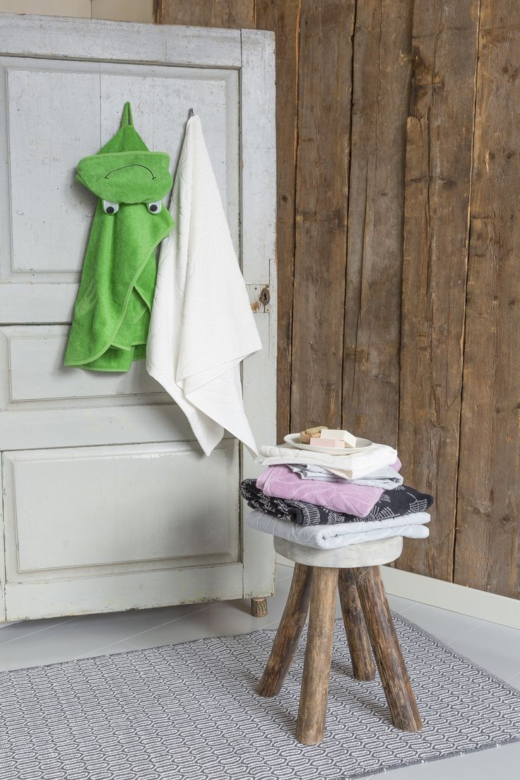 Pentik Sepi Terry Robe | The cheerfully green Sepi hooded bath cloak is great for small bathers and swimmers.