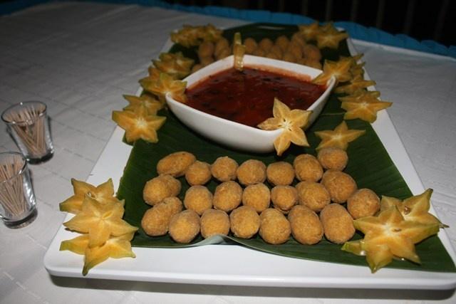 Croquetas de pez león con salsa agridulce, un exótico plato que te dejará antojado.