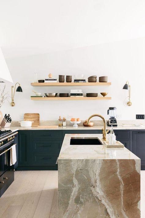 Cuisine Bleu Canard De Style Rustique Moderne Avec Des étagères Ouvertes En  Bois Et Un Ilot