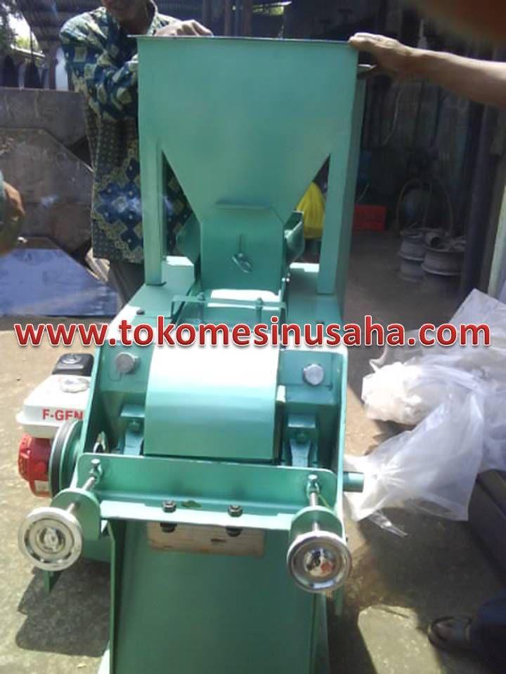 Mesin Perajang Cengkeh adalah mesin yang digunakan untuk merajang biji cengkeh. Mesin ini dapat merajang sekaligus menghaluskan biji cengkeh sehingga dapat diolah sesuai kebutuhan. Spesifikasi :      Dimensi         : 50 x 40 x 110 cm     Motor             : 1/2 – 1/4 Hp     Rangka          : Besi baja     Pisau tetap    : Baja     Pisau putar    : Besi ST 40
