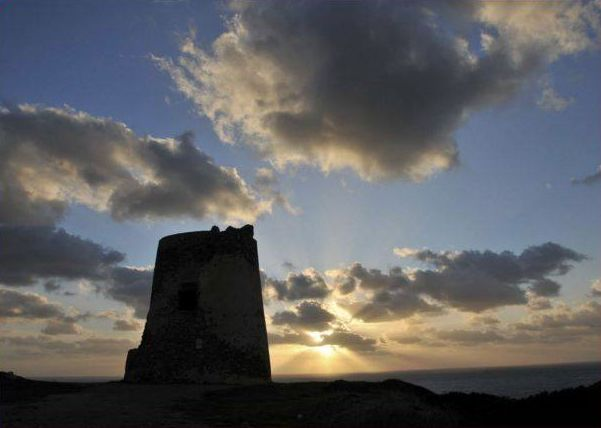 La Torre di Flumentorgiu, conosciuta come Torre dei Corsari, domina un paesaggio incantevole. Un'escursione da non perdere... #neidintorni #LeDunePiscinas #Sardegna #soloqui #viviLeDunePiscinas   The Tower of Flumentorgiu, known as the Tower of Corsairs, overlooks a marvelous landscape. An excursion not to be missed... #aroundhere #LeDunePiscinas #Sardinia #nowhereelse #doitinLeDunePiscinas   http://www.arbusturismo.it/it/territorio/da-vedere/luoghi/Torre-di-Flumentorgiu/