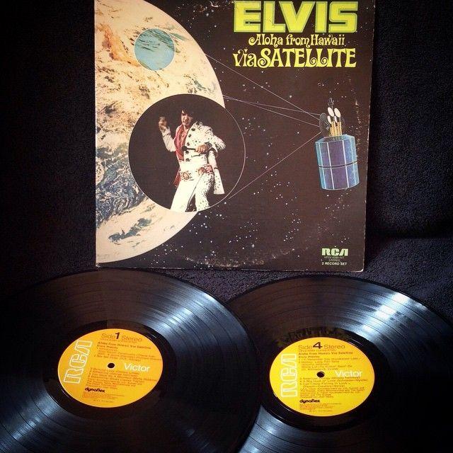 Elvis Presley - Elvis Aloha From Hawaii Via Satellite1973, CANADA, RCA Victor VPSX-6089Este disco supuso uno de los mayores éxitos de Elvis en la década de 1970 al llegar al primer puesto en las listas de discos más vendidos de Canadá, Estados Unidos y el Reino Unido.Se estima que este concierto fue visto por unos mil millones de espectadores. Fue además el primer álbum con sonido cuadrafónico en llegar al primer puesto en la lista Billboard 200.