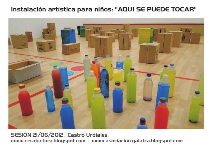 Insatalación de juego (cajas, botellas, tiras de papel...)