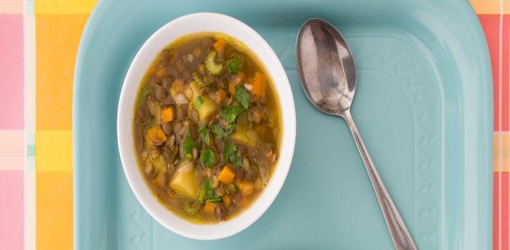 V hrnci rozehřejte trochu oleje a pozvolna na něm opečte cibuli. Přidejte mrkev, řapíkatý celer a česnek, přiklopte a na velmi mírném ohni nechte 15...