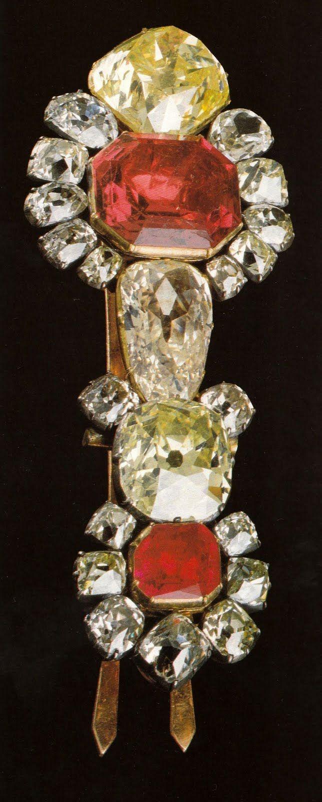 Resultado de imagem para Passador de Grã-Cruz. De Ouro, Prata, Espinela, Rubi e Brilhantes. Pertencia inicialmente a D. João VI.