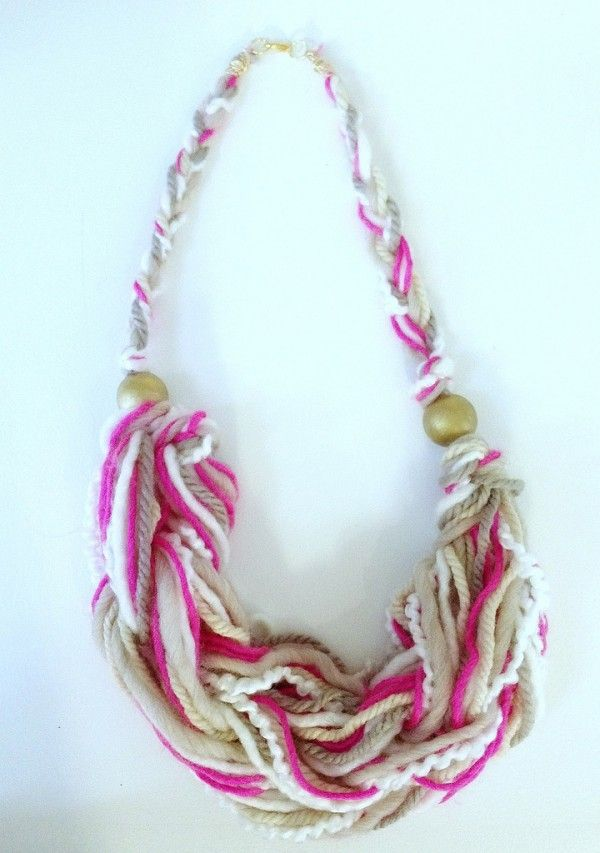 Arm knit necklaces are so cute! Go beyond the scarf and learn how to arm knit a necklace!