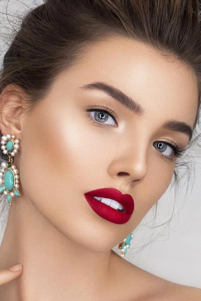 фото макияжа с красными губами темно-зеленая листва красиво