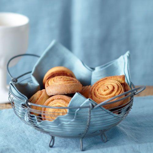 Kanelbullar, so heißen Zimtschnecken in Schweden. Sie sind gar nicht schwer zu machen und schmecken selbstgebacken mindestens doppelt so gut wie vom schwedischen Bäcker.