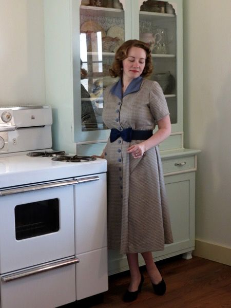 1950s simple button  front housedress.