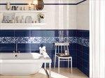 bagno blu e bianco con decorazione a motivo floreale effetto acquerello