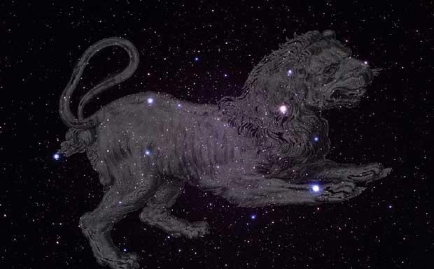 Il «Re Leone» - Appena cala la notte, appare alta nel cielo verso Sud l'inconfondibile figura del Leone. Secondo il mito greco-romano, questa costellazione rappresentava il leone di Nemea, ucciso da Ercole nella prima delle sue «fatiche». Molte civiltà hanno riconosciuto a queste stelle un carattere regale, in particolare a Regolo («il piccolo re»), la stella-cuore del Leone, sulla zampa del Leone. Le stelle lungo la criniera formano la figura della Falce, che congiungendosi con il Sole…