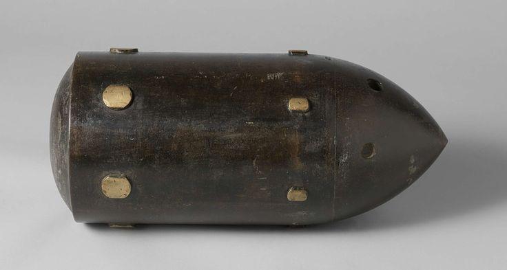 anoniem | 23 cm Stalen granaat, attributed to Alderson, 1867 | Puntvormige 23 cm granaat. De granaat is 51.5 cm lang en heeft een kaliber van 226 mm. Hij is opgebouwd uit twee delen, die in elkaar geschroefd zijn; zo kon de granaat voorzien worden van zijn springlading. De granaat heeft twee ringen nokken voor een getrokken loop met zes trekkende velden, de bodem is bol. Bij de neus drie ondiepe gaten voor de munitiekraan.
