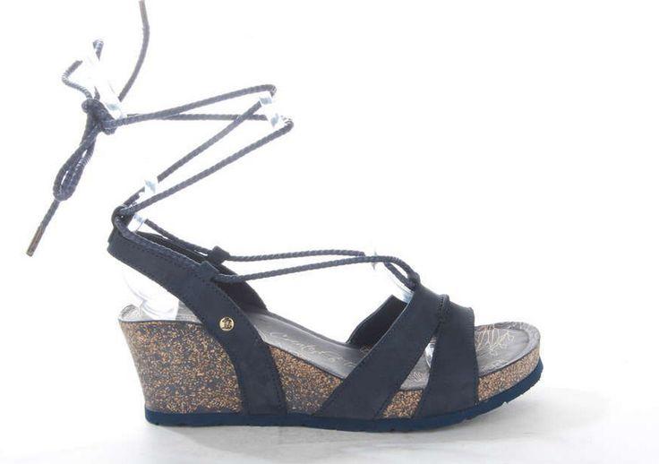 Sandaal van Panama Jack waarvan de sleehak en zool zijn gemaakt van lichtgewicht kurk. De touwtjes zijn om de enkel te knopen. #trendy #sandal #kurk #black #blue #navy #panamajack
