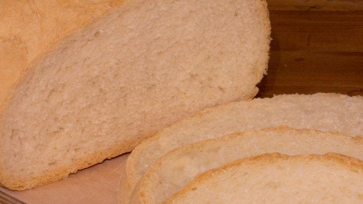 """La """"micca"""" o """"mica"""" era un tipo di pane tradizionale, diffuso soprattutto nel nord Italia. Il suo nome significava """"briciola"""".  E' un pane croccante, ben cotto all'esterno e morbido e pieno di mollica all'interno. Leggero e digeribile, si conserva bene ed è molto indicato per la preparazione di panini farciti. Paolo utilizza la ricetta antica, che si tramanda di generazione in generazione, sin dal lontano 1935!"""