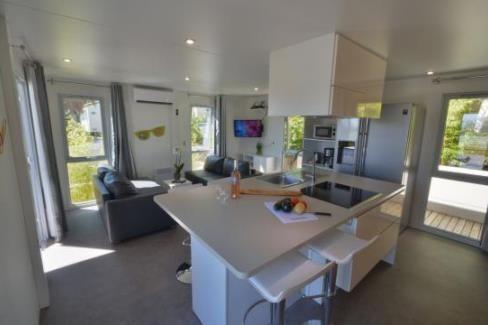 Loft Malibu 4/6p 2ch - Vous choisirez le Loft si vous recherchez une location avec 2 chambres et que vous privilégiez l'espace d'une belle pièce à vivre. Salon avec 2 canapés (dont 1 convertible) attenant à une superbe cuisine avec ilôt central.  Loft Malibu 4/6p 2ch - The Loft is perfect if you are looking for a 2 bedroom cottage and you prefer a spacious living area. living room with two seats (1 sleeping bench) adjoining a beautiful kitchen with a cooking island. #Domaineducolombier