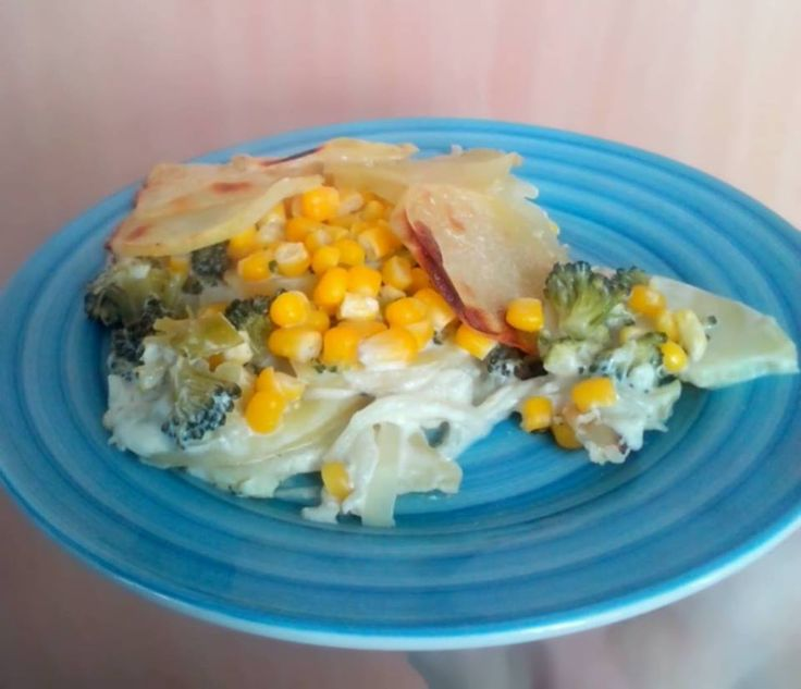 Kytičkový den - zapečené brambory s brokolicí, kukuřicí, cibulí a sojovou smetanou