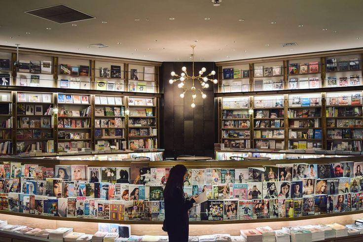 カフェの中でも定着しつつある「ブックカフェ」。近年は様々なブックカフェが登場していますよね。今回ご紹介するのは渋谷スクランブル交差点すぐにある「SHELF67 (シェルフ67)」。360度の美しい本棚に囲まれた空間がおしゃれなブックカフェです。