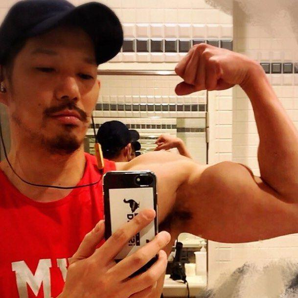 健身結束我累了晩安.: トレーニング終了今日もお疲れ様でした おやすみなさい(:3_ヽ)_ #muscle #weighttraining #fitness #training #pecs #arms #biceps #workout #gogoboy #bar #bartender #bartenders #osaka #ducksosaka #筋肉 #ウエイトトレーニング  #フィットネス #トレーニング #大胸筋 #上腕二頭筋 #力こぶ #ゴーゴーボーイ #バー #バーテンダー #バーテンダーの日常 #大阪 #ダックスオオサカ #肌肉 #肌肉男 #增肌肉