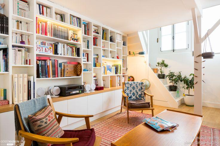Le mur bibliothèque et petit escalier, c'est sympathique et confortable - Atelier d'Artiste à Paris, Arnaud Butin - Côté Maison