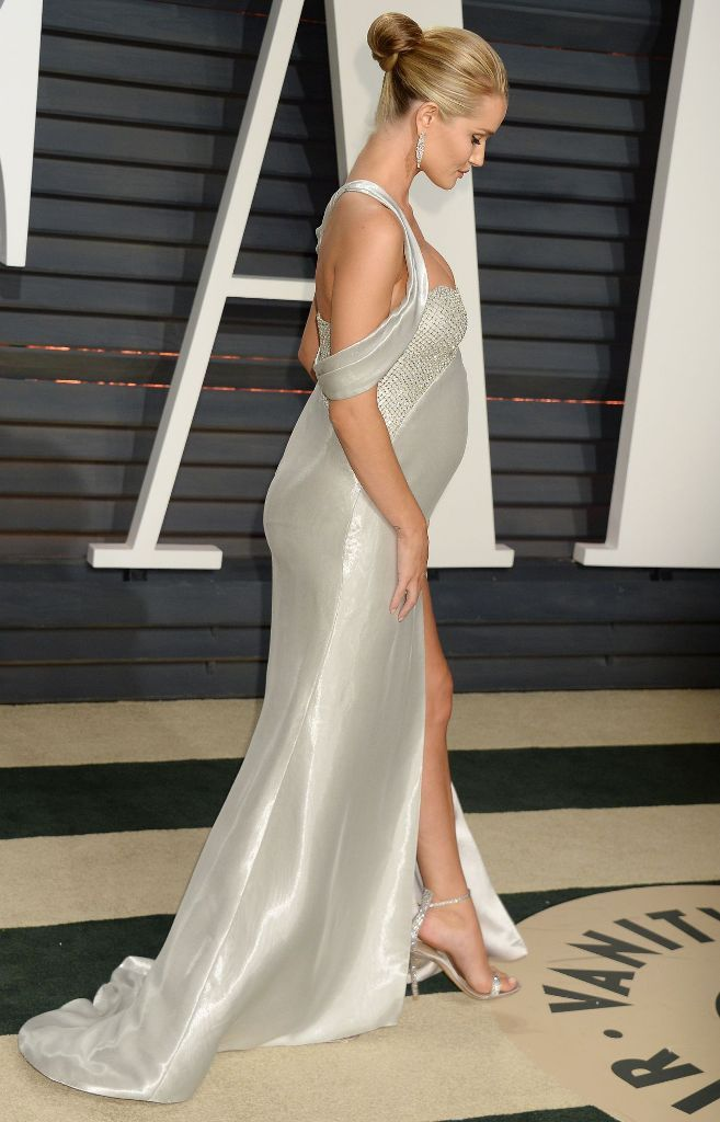 Pregnant Rosie Huntington-Whiteley in Atelier Versace gown at the 2017 Vanity Fair Oscar Party. #glamorous #bestdressed #oscars #academyawards #oscarawards #celebrity #celebritystyle #fabfashionfix #vanityfair #afterparty #rosiehuntingtonwhiteley #versace