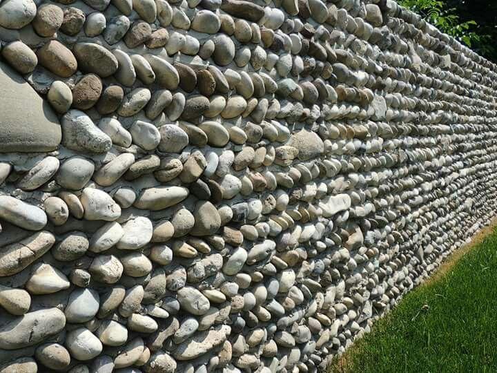 Dettaglio del muro di recinzione della #cantina Pizzolato a Villorba di Treviso. #dettaglio #murodisassi #restauro #design #architettura #recinzione #giardinodisassi